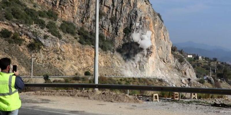 Tehlike oluşturan kayalar kontrollü patlama ile kaldırılıyor