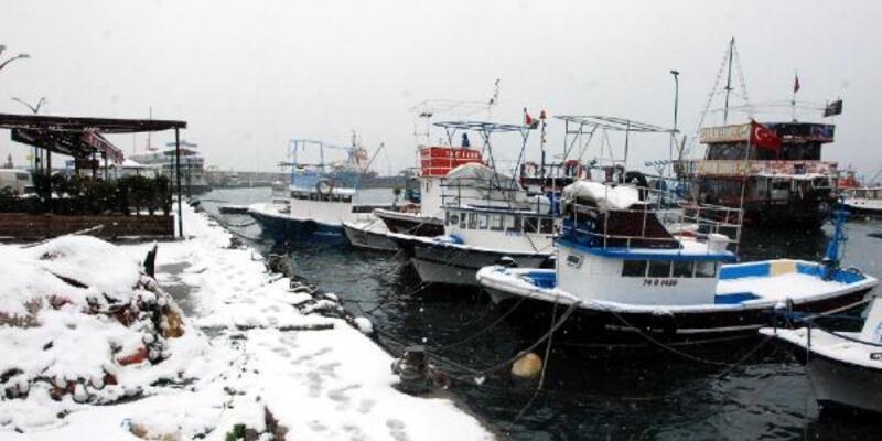 Batı Karadeniz'de kar nedeniyle balıkçılar denize açılamadı