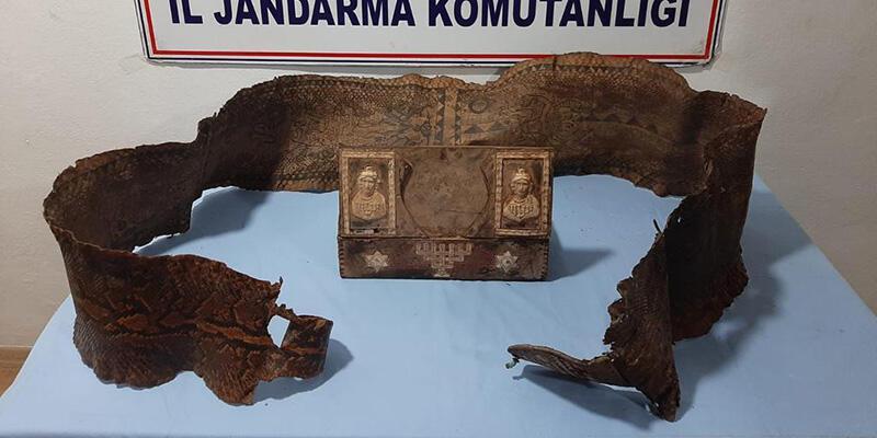 Üzerinde İbranice yazıların bulunduğu tarihi eser niteliğinde piton yılanı derisi ele geçirildi
