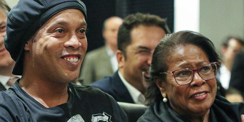 Ronaldinho annesini kaybetti