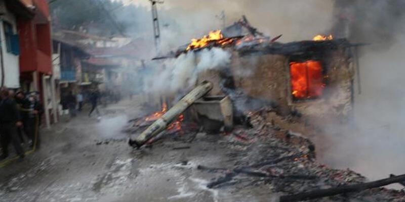 Tokat'ta ahşap evde yangın çıktı, 2 eve sıçradı