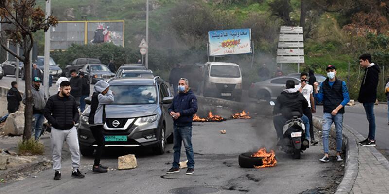 Lübnan'da kriz! Göstericiler yolları trafiğe kapattı