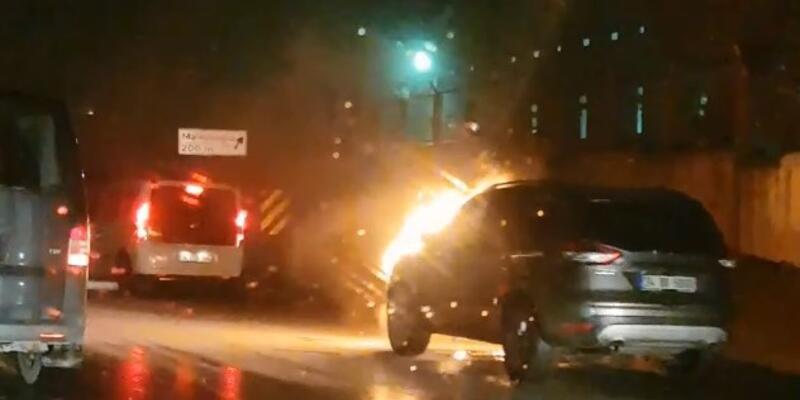 İstanbul'da seyir halindeki otomobil alev topuna döndü