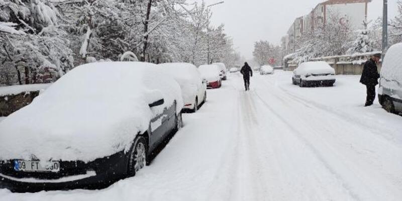 Erzurum'a kışın yağmayan kar, baharda düştü