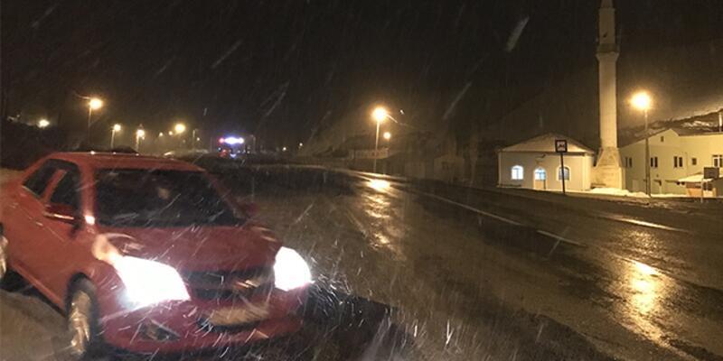 Kop Dağı Geçidi'nde kar yağışı etkili oluyor