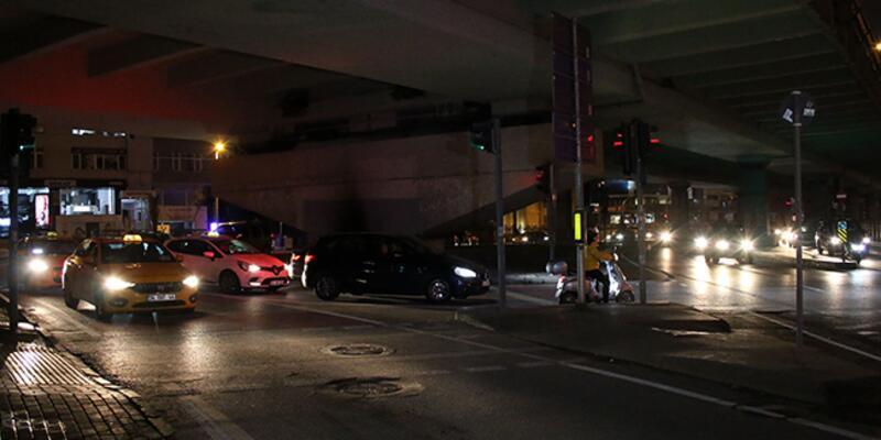 Kontrolden çıkan motosiklet ışıklarda bekleyen araçlara çarptı