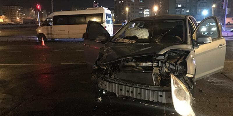 Kayseri'de minibüs ile otomobil çarpıştı: Yaralılar var