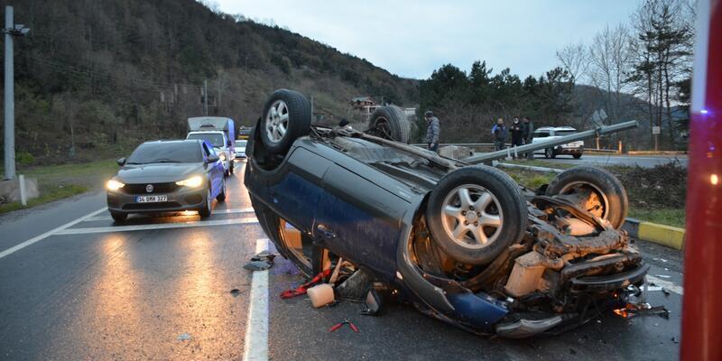 Kontrolden çıkan otomobil MOBESE kamerası direğine çarptı: 3 yaralı
