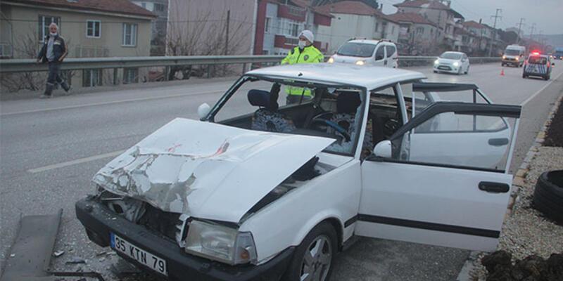 Otomobil TIR'a çarptı: Yaralılar var