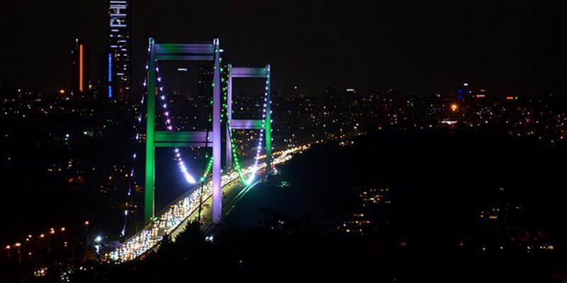 İstanbul'un köprüleri Pakistan Milli Günü için yeşil ve beyaz renklerle aydınlatıldı