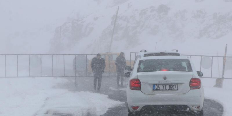 Van-Bahçesaray yoluna çığ düştü; trafiğe kapatıldı