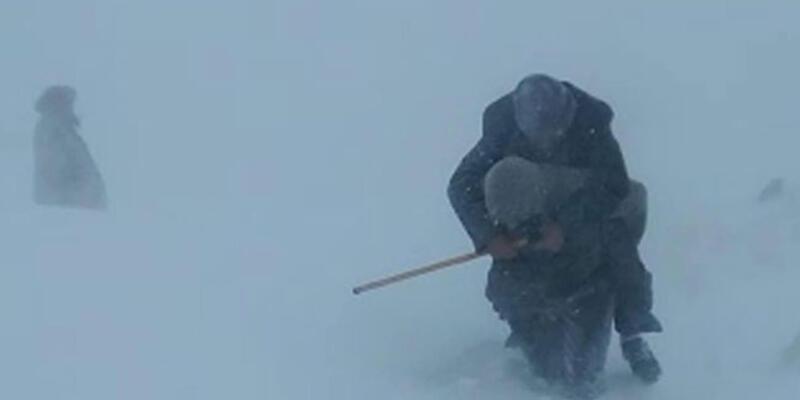 Kardan yolu kapalı köydeki hastayı, sırtlarında ambulansa taşıdılar