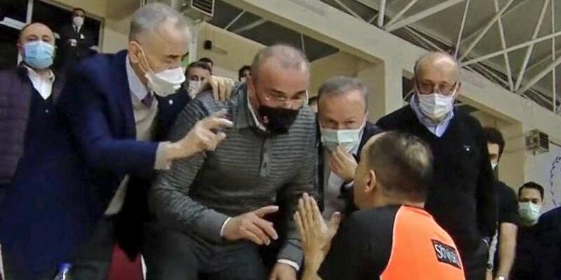 Mustafa Cengiz ve Abdurrahim Albayrak tepki gösterdi! Basketbol maçında ortalık karıştı