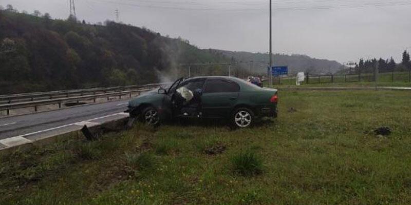 Kaza sonrası şoka giren sürücüyü, otomobilinden vatandaşlar çıkardı