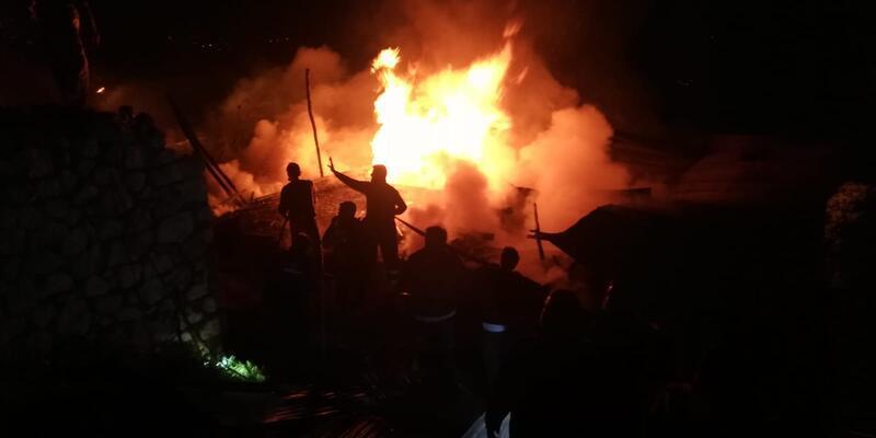 Alevler kısa sürede yayıldı! 5 ev zarar gördü