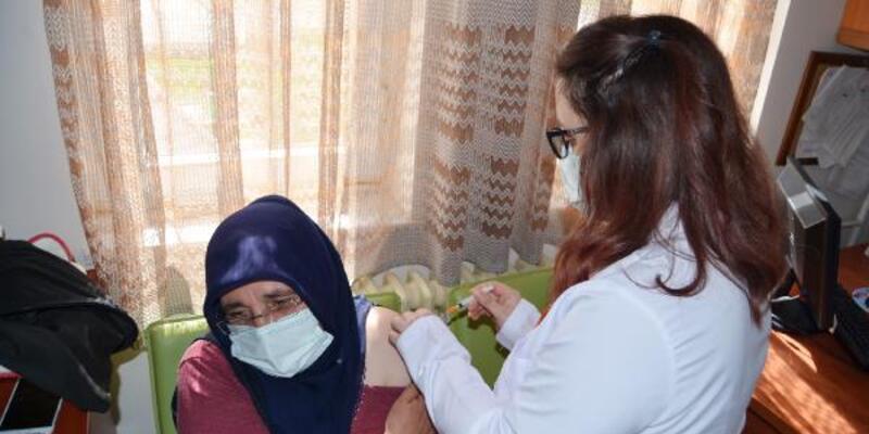 Aşı olması için aile hekimi ikna etti