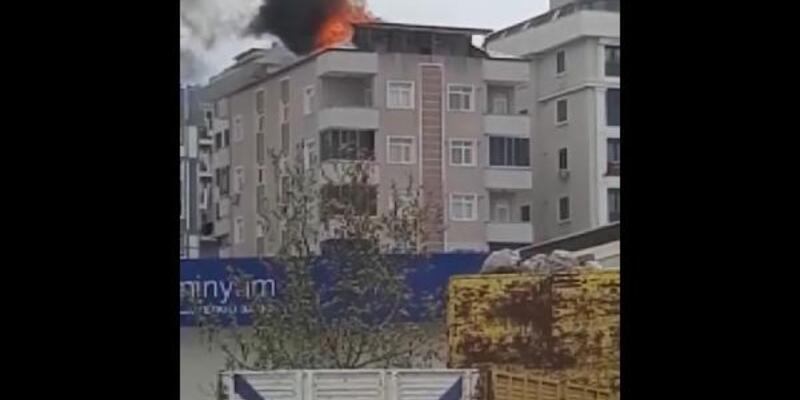 Pendik'te 6 katlı binanın çatı katı alev alev yandı