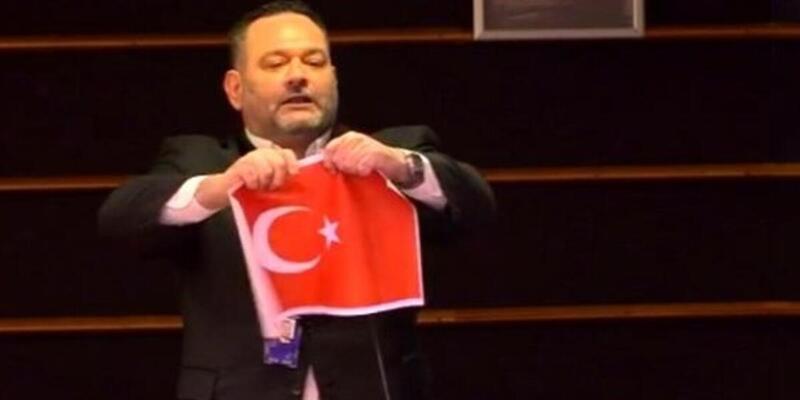 Türk bayrağını yırtmasıyla gündeme gelen ırkçı Yunan vekil Lagos'un dokunulmazlığı AP'de kaldırıldı