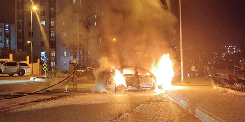 Esenyurt'ta seyir halindeki otomobilde yangın!