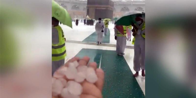 Mekke'ye ceviz büyüklüğünde dolu yağdı