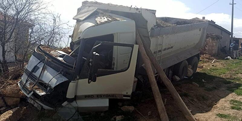 Kum yüklü kamyon devrildi: 1 ölü, 1 yaralı