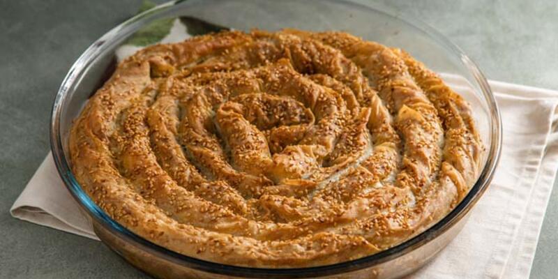 30 Nisan 2021 Günün iftar menüsü; Terbiyeli Paça Çorbası, Kıymalı Mercimekli Börek ve Çilek Soslu Sakızlı Muhallebi