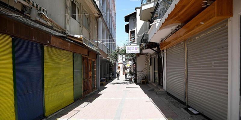 Kuşadası'nda tam kapanmanın ilk gününde cadde, sokak ve meydanlar boş kaldı