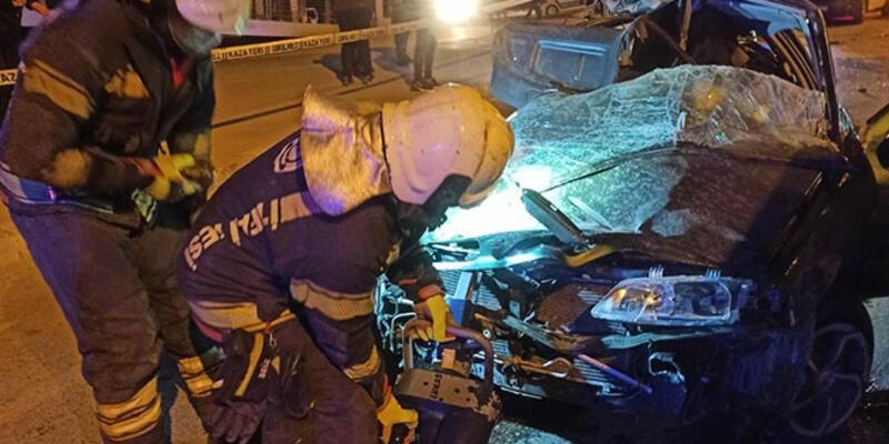 Feci kaza: Otomobil hurdaya döndü!