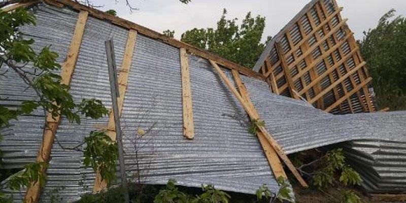 Saatteki hızı 80 kilometreye ulaşan rüzgar çatıları uçurdu