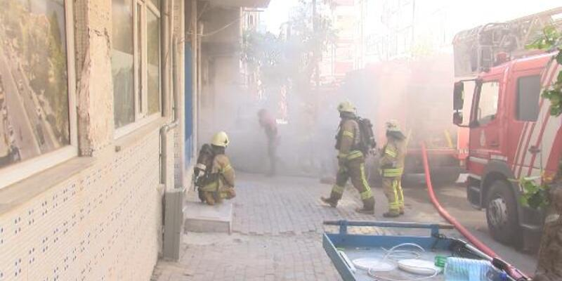 Küçükçekmece'de yeni açılan iş yerinde yangın çıktı