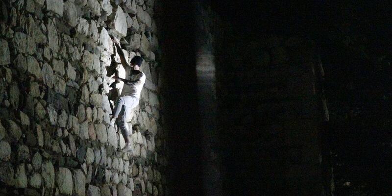 Kaleye gece tırmanışını polis engelledi