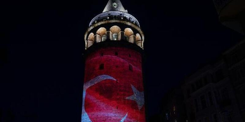 Galata Kulesi'nde 19 Mayıs nedeniyle ışık gösterisi yapıldı