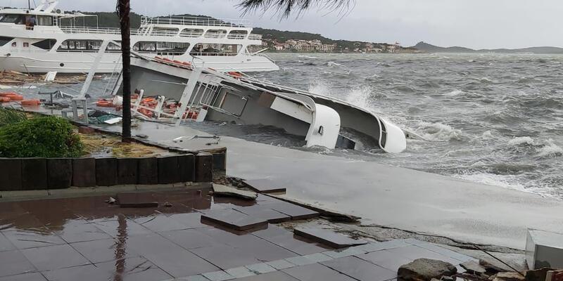 Ayvalık'ta etkili olan fırtınada 20 tekne battı
