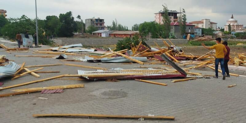 Akşam saatlerinde şiddetini arttırdı: Çatıları uçurdu