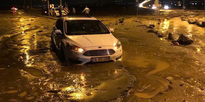 Sel Iğdır-Nahçıvan Karayolu'nda hasara neden oldu! Sürücüler zor anlar yaşadı!