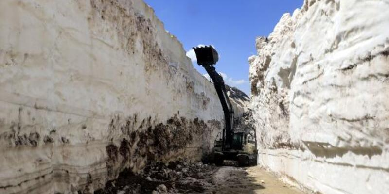 Yüksekova'da, mayıs sonu 8 metrelik karla mücadele
