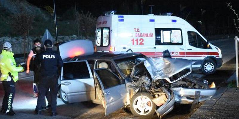 Hafif ticari araç ile otomobil çarpıştı: 7 yaralı