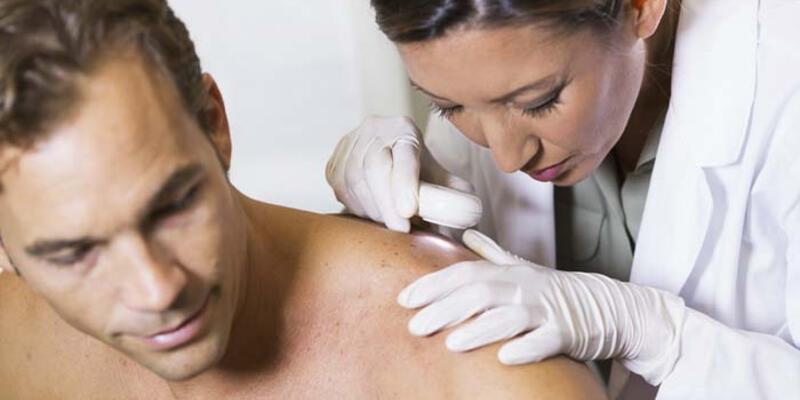 Cilt kanserine karşı ayna karşısında düzenli muayene önemli