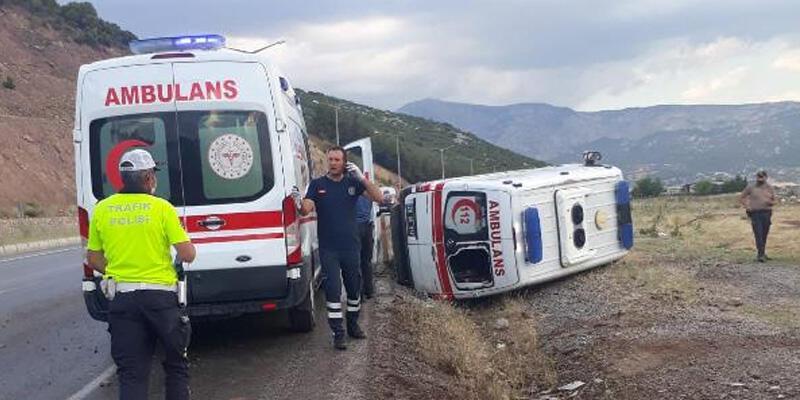 Denizli'de ambulans devrildi: 4 yaralı