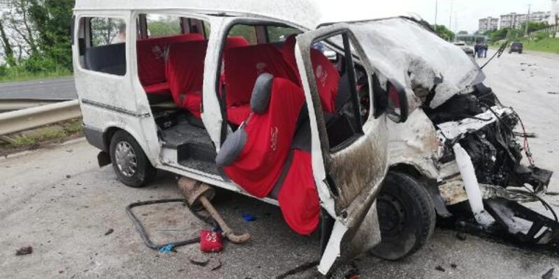 İşçi minibüsü ile kamyonet çarpıştı: 3'ü çocuk 14 yaralı