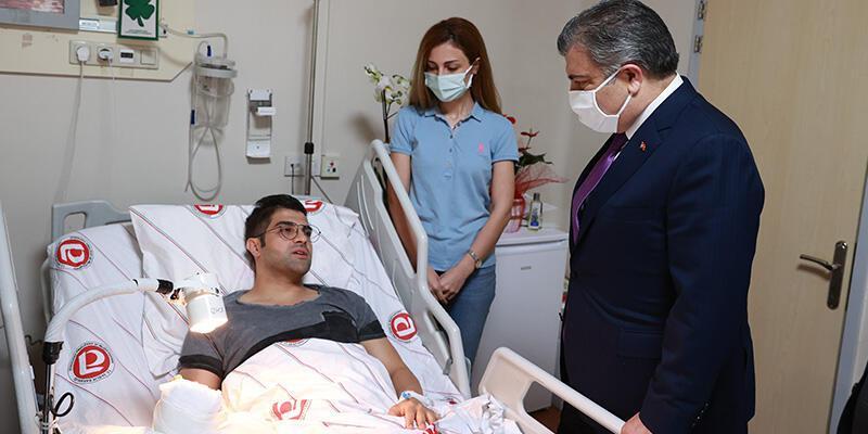 Hastasının saldırısına uğramıştı! Bakan Koca ziyaret etti