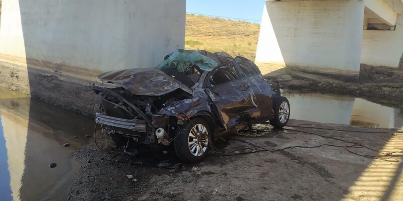 Şanlıurfa'nın Siverek ilçesinde köprüden düşen otomobildeki 5 kişi yaşamını yitirdi.