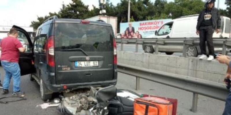 Bakırköy'de hafif ticari araca çarpan motosikletli kurye yaralandı