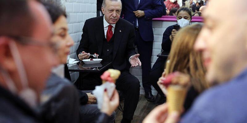 Cumhurbaşkanı Erdoğan dondurmacıya uğrayıp dondurma yedi, vatandaşlarla sohbet etti