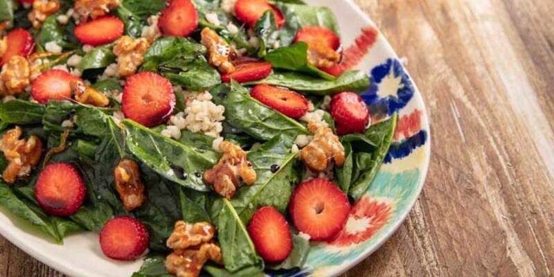 Çilekli Ispanak Salatası nasıl yapılır? Çilekli Ispanak Salatası tarifi