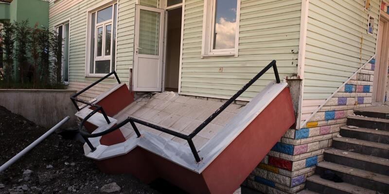 Çöken balkonun altında kalan işçi yaralandı