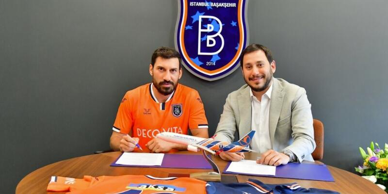 Şener Özbayraklı Başakşehir'e imza attı