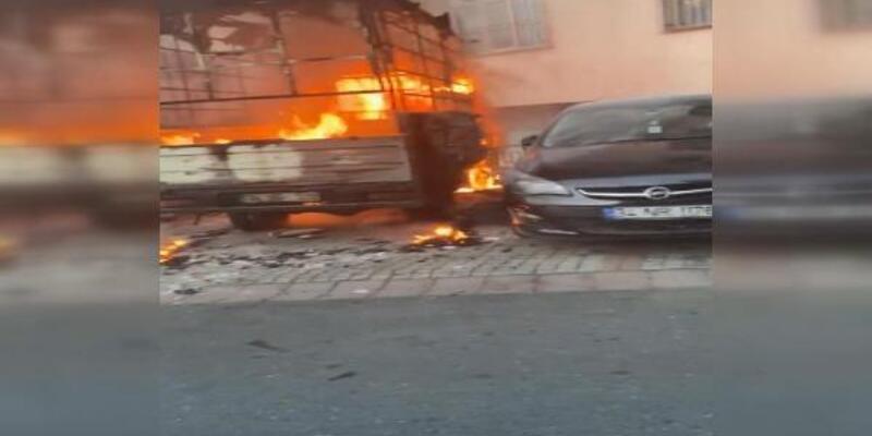 Kağıthane'de ısınmak için ateş yaktılar, araç alev topuna döndü