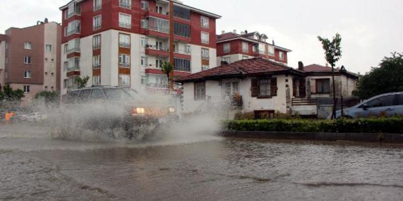 Bolu'da yollar göle döndü, su baskınları yaşandı