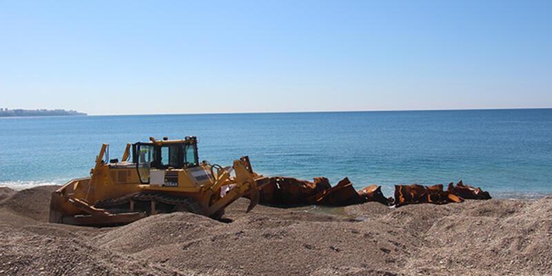 Konyaaltı Plajı yakınındaki 83 yıllık batık gemi karaya çıkarıldı